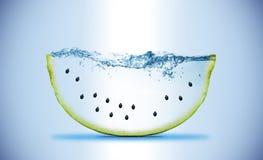 Scheibe der Wassermelone welle Bewegung des Wassers wird mittels des Blinkens eingefroren Lizenzfreie Stockbilder