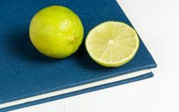 Scheibe der Zitrone auf blauem Tagebuch Lizenzfreie Stockfotografie