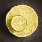 Scheibe der Zitrone auf einer Scheibe der Zitrone Stockbilder