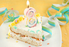 Scheibe des achten Geburtstagkuchens Stockbilder