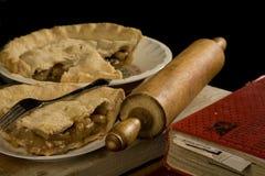 Scheibe des Apfelkuchens mit Gabel. Lizenzfreies Stockfoto