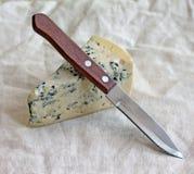 Scheibe des Blauschimmelkäses mit Messer Lizenzfreie Stockfotografie