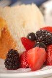 Scheibe des Engels-Nahrungsmittelkuchens mit frischer Frucht Lizenzfreie Stockbilder