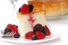 Scheibe des Engels-Nahrungsmittelkuchens mit frischer Frucht Stockbild