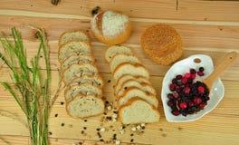 Scheibe des französischen Brotes auf dem hölzernen Hintergrund Lizenzfreies Stockbild