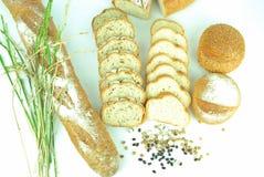 Scheibe des französischen Brotes auf dem hölzernen Hintergrund Lizenzfreie Stockfotografie