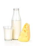 Scheibe des Frischkäses und der Milchflasche mit Glas Lizenzfreies Stockfoto