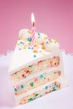 Scheibe des Geburtstags-Kuchens Stockfotografie