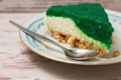 Scheibe des grünen Kiwikuchens auf weißem Brett stockfotos