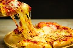 Scheibe des großen Käses der heißen Pizza stockfotografie