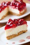 Scheibe des köstlichen Erdbeerekäsekuchens Lizenzfreies Stockbild