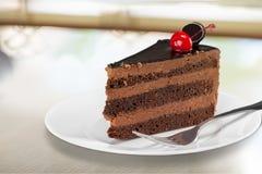 Scheibe des köstlichen Schokoladenkuchens mit Kirsche Lizenzfreies Stockfoto