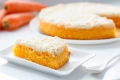 Scheibe des Karottenkuchens des strengen Vegetariers mit knusperiger Krume Lizenzfreies Stockbild