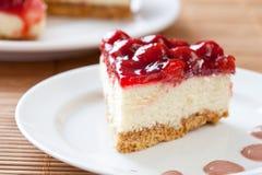 Scheibe des köstlichen Erdbeerekäsekuchens Lizenzfreie Stockfotografie