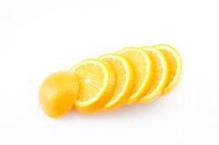 Scheibe des orange Isolats auf Weiß mit Arbeitsweg Lizenzfreies Stockbild