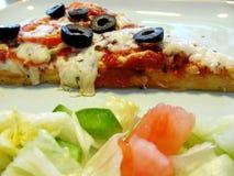 Scheibe des Pizza- und Seitensalats Lizenzfreies Stockfoto