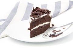 Scheibe des reichen Schokoladenkuchens auf Platte Stockbild