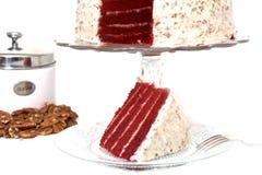 Scheibe des roten Samt-Kuchens lokalisiert Stockbilder