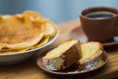 Scheibe des runden Kuchens mit Pfannkuchen und Kaffee stockfoto