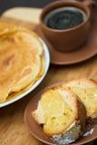 Scheibe des runden Kuchens mit Pfannkuchen und Kaffee stockfotografie