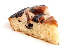 Scheibe des Sahnekuchens mit Schokolade Stockbild