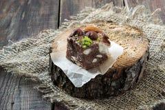 Scheibe des Schokoladenfondanten mit verschiedenen Arten von Nüssen Lizenzfreies Stockfoto