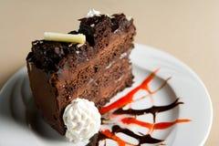 Scheibe des Schokoladenkuchens lizenzfreie stockfotografie