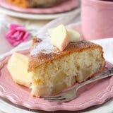 Scheibe des selbst gemachten Apfelschwammkuchens auf rosa Platte Stockbild