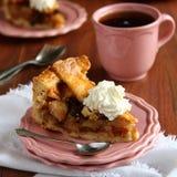 Scheibe des selbst gemachten niederländischen Apfelkuchens  Stockfotos
