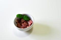 Scheibe des zarten Lendenstücks in der Schüssel mit Kaffir-Lindenblatt Lizenzfreies Stockfoto