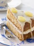 Scheibe des Zitrone-Nieselregen-Kuchens Stockbilder