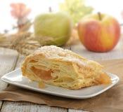 Scheibe eines Apfelstrudels Lizenzfreies Stockfoto
