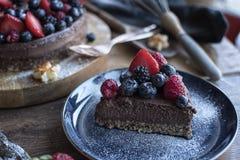 Scheibe eines Frucht-Schokoladen-Kuchens auf einer Platte Stockfotografie