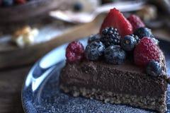 Scheibe eines Frucht-Schokoladen-Kuchens auf einer Platte Stockbild