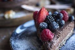 Scheibe eines Frucht-Schokoladen-Kuchens auf einer Platte Stockfoto