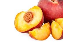 Scheibe und eine Hälfte eines Pfirsiches Lizenzfreies Stockbild