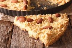 Scheibe von Kuchen Sbrisolona-Makro auf dem Tisch horizontal Stockfoto