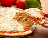 Scheibe von Pizza Margarita stockbilder