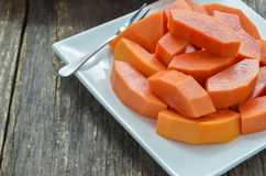 Scheibe von reifen Papayas im weißen Teller Lizenzfreie Stockfotos
