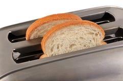 Scheiben brot in einem Toaster stockbilder