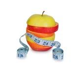 Scheiben der Äpfel und der Orange mit messendem Tabellierprogramm Stockfotografie