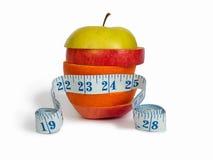 Scheiben der Äpfel und der Orange mit messendem Tabellierprogramm Stockbild