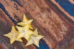 Scheiben der Carambolafrucht auf Holztisch lizenzfreie stockbilder