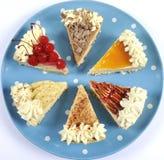 Scheiben der Danksagungs-Torte auf Tupfenblauplatte Lizenzfreie Stockbilder