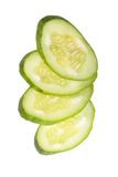 Scheiben der frischen Gurke lokalisiert auf weißem Hintergrund Stockfotos