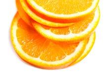 Scheiben der frischen orange Frucht lokalisiert auf weißem Hintergrundabschluß Stockbild