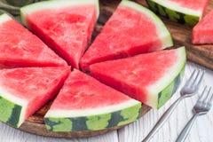 Scheiben der frischen samenlosen Wassermelone schnitten in Dreieckform auf der hölzernen Platte, horizontal stockfoto