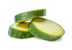Scheiben der frischen Zucchini auf einem weißen lokalisierten Hintergrund Beengte Verhältnisse stockfotografie