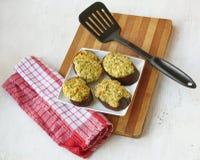 Scheiben der gegrillten Aubergine mit Häuschen und Käse Lizenzfreie Stockfotos