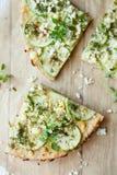 Scheiben der Gemüsepizza mit Käse Stockfoto